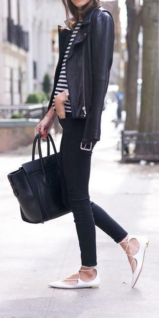 Comment porter: veste motard en cuir noire, t-shirt à col rond à rayures horizontales blanc et noir, jean skinny noir, ballerines en cuir blanches