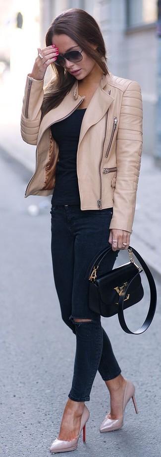 Comment porter: veste motard en cuir marron clair, t-shirt à col rond noir, jean skinny déchiré bleu marine, escarpins en cuir roses