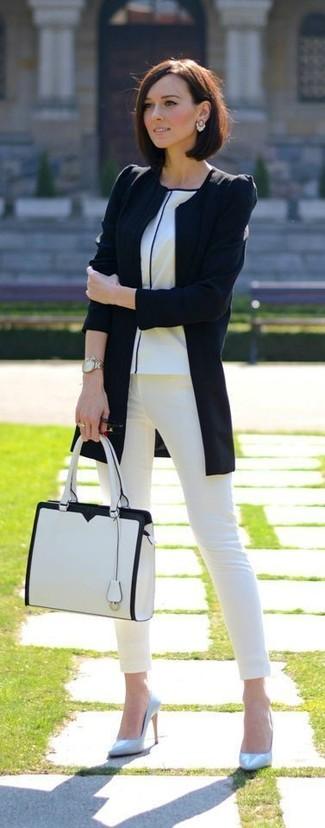 Comment porter: veste motard noire, t-shirt à col rond blanc, jean skinny blanc, escarpins en cuir bleu clair