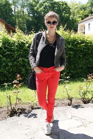 Comment porter: veste motard gris foncé, t-shirt à col rond noir, jean skinny rouge, baskets basses blanches