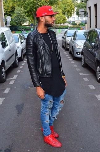 Comment porter: veste motard en cuir matelassée noire, t-shirt à col rond noir, jean skinny déchiré bleu, baskets montantes en cuir rouges