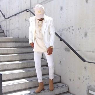 Comment porter: veste motard en cuir blanche, t-shirt à col rond beige, jean skinny blanc, bottines chelsea en daim marron clair