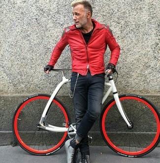 Comment porter: veste motard en cuir rouge, t-shirt à col rond noir, jean skinny déchiré bleu marine, bottes de loisirs en cuir grises