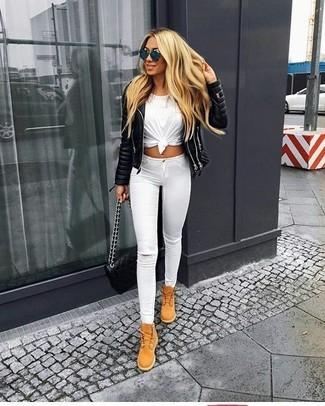 Comment porter: veste motard en cuir matelassée noire, t-shirt à col rond blanc, jean skinny déchiré blanc, bottines plates à lacets en daim marron clair