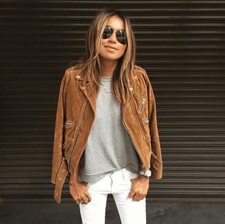 Comment porter: veste motard en daim marron, t-shirt à col rond gris, jean skinny blanc, lunettes de soleil noires
