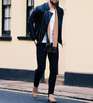 Comment porter une écharpe beige à 20 ans: Marie une veste motard en cuir matelassée noire avec une écharpe beige pour un look confortable et décontracté. Une paire de des bottines chelsea en daim beiges rendra élégant même le plus décontracté des looks.