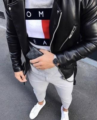 Comment porter: veste motard en cuir noire, t-shirt à col rond imprimé gris, jean skinny gris, baskets basses en cuir blanches