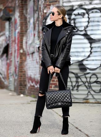 Comment porter: veste motard en cuir noire, t-shirt à col rond noir, jean skinny déchiré noir, bottines en daim noires