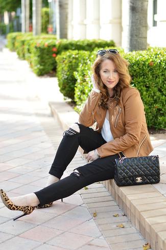Comment porter: veste motard en cuir marron clair, t-shirt à col rond blanc, jean skinny noir, escarpins en daim imprimés léopard marron clair