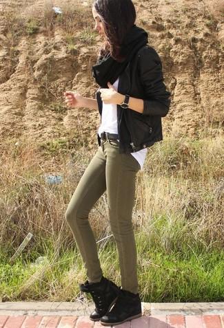 Comment porter: veste motard en cuir noire, t-shirt à col rond blanc, jean skinny olive, baskets compensées en daim noires