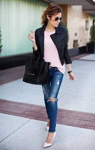 Comment porter: veste motard noire, t-shirt à col rond rose, jean skinny déchiré bleu, escarpins en cuir roses