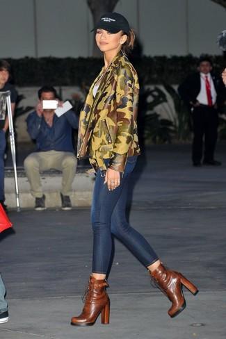 Comment porter: veste motard en cuir camouflage olive, t-shirt à col rond blanc, jean skinny bleu marine, bottines à lacets en cuir marron