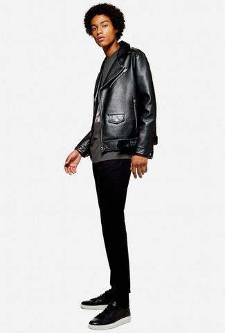 Comment porter: veste motard en cuir noire, t-shirt à col rond imprimé gris foncé, jean skinny noir, baskets basses en cuir noires