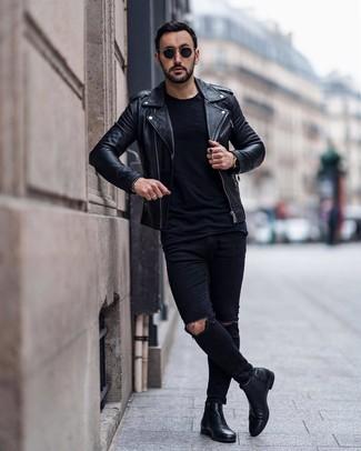 Comment porter: veste motard en cuir noire, t-shirt à col rond noir, jean skinny déchiré noir, bottines chelsea en cuir noires