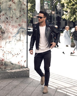 Comment porter: veste motard en cuir noire, t-shirt à col rond blanc, jean skinny noir, bottines chelsea en daim grises