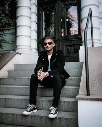Comment porter: veste motard en daim noire, t-shirt à col rond blanc, jean skinny noir, baskets basses en toile noires et blanches