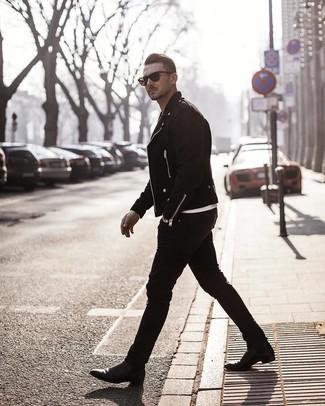 Comment porter: veste motard en daim noire, t-shirt à col rond blanc, jean skinny noir, bottines chelsea en cuir noires