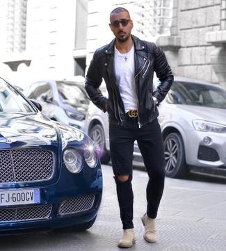 Comment porter: veste motard en cuir noire, t-shirt à col rond blanc, jean skinny déchiré noir, bottines chelsea en daim beiges