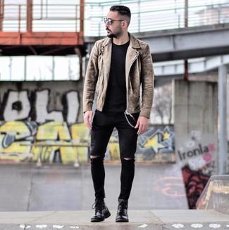 Comment porter: veste motard en daim marron, t-shirt à col rond noir, jean skinny déchiré noir, bottes de loisirs en cuir noires