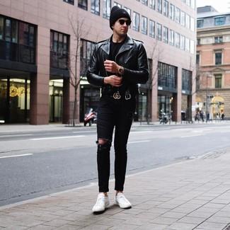 Comment porter: veste motard en cuir noire, t-shirt à col rond noir, jean skinny déchiré noir, baskets basses en cuir blanches