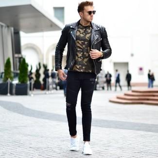 Comment porter un t-shirt à col rond camouflage olive: Associe un t-shirt à col rond camouflage olive avec un jean skinny déchiré noir pour une tenue idéale le week-end. Une paire de des chaussures de sport blanches est une option parfait pour complèter cette tenue.