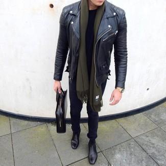 Comment porter: veste motard en cuir noire, t-shirt à col rond noir, jean skinny noir, bottines chelsea en cuir noires