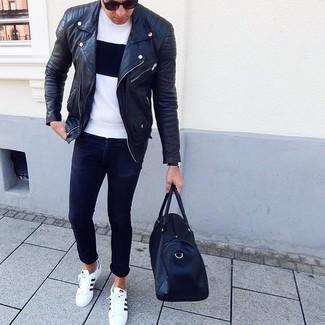 Comment porter: veste motard en cuir noire, t-shirt à col rond blanc et noir, jean skinny noir, baskets basses en cuir blanches et noires