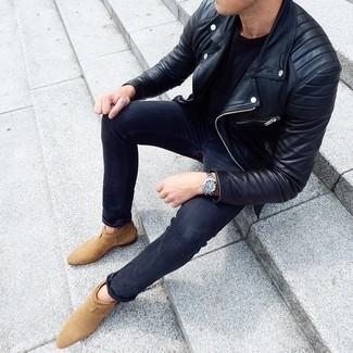Comment porter: veste motard en cuir noire, t-shirt à col rond noir, jean skinny gris foncé, bottines chelsea en daim marron clair