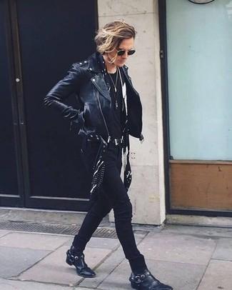 Comment porter: veste motard en cuir noire, t-shirt à col rond noir, jean skinny noir, bottes western en cuir noires