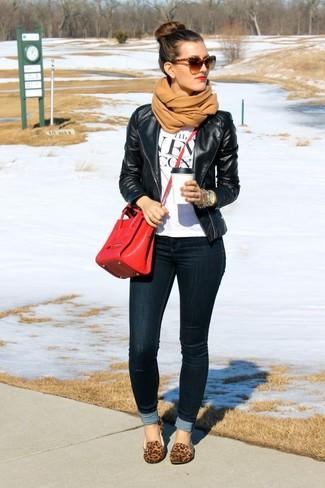 Comment porter: veste motard en cuir noire, t-shirt à col rond imprimé blanc et noir, jean skinny noir, slippers en daim imprimés léopard marron