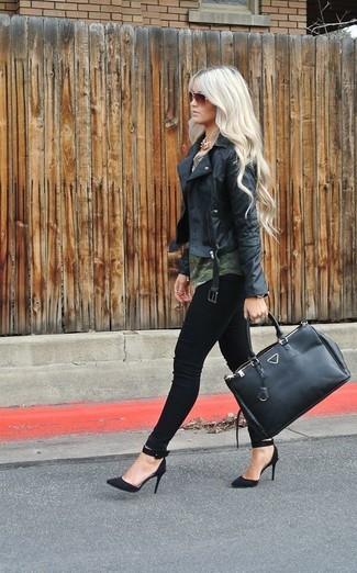 Pour créer une tenue idéale pour un déjeuner entre amis le week-end, pense à associer une veste motard en cuir noire avec un jean skinny noir. Une paire de des escarpins en daim noirs rendra élégant même le plus décontracté des looks.