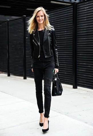 Comment porter: veste motard en cuir noire, t-shirt à col rond noir, jean skinny noir, escarpins en daim noirs