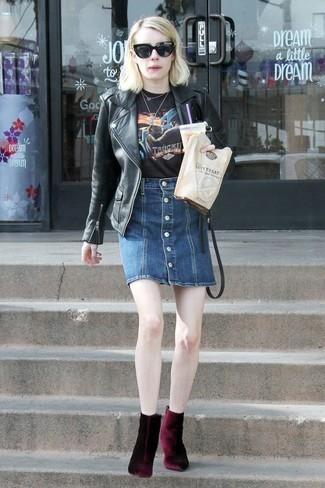 Comment porter: veste motard en cuir noire, t-shirt à col rond imprimé noir, jupe boutonnée en denim bleu marine, bottines en velours bordeaux