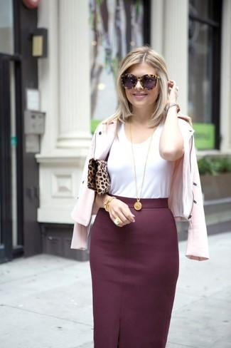 Comment porter: veste motard rose, t-shirt à col rond blanc, jupe crayon bordeaux, pochette en daim imprimée léopard marron clair