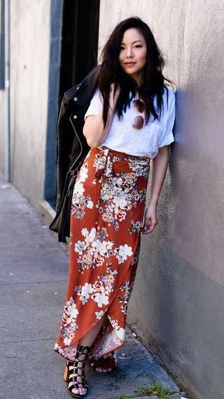 Comment porter: veste motard en cuir noire, t-shirt à col rond blanc, jupe longue à fleurs orange, sandales à talons en daim noires