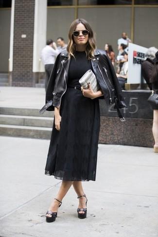 Comment porter: veste motard en cuir noire, t-shirt à col rond noir, jupe mi-longue en chiffon noire, sandales à talons en cuir noires