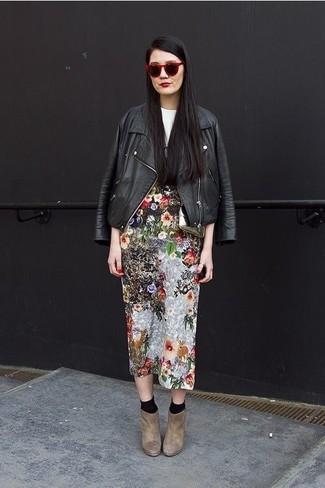 Comment porter: veste motard en cuir noire, t-shirt à col rond imprimé blanc et noir, jupe mi-longue à fleurs multicolore, bottines en daim marron