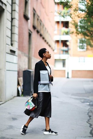 Comment porter: veste motard en laine noire et blanche, t-shirt à col rond en tulle blanc, jupe mi-longue en cuir plissée noire, chaussures de sport noires et blanches