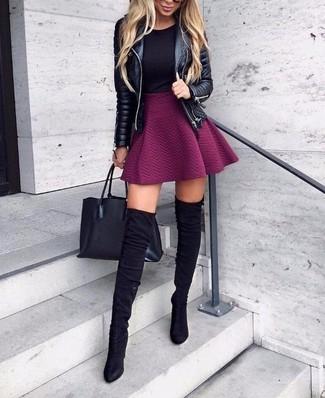 Comment porter une veste motard en cuir matelassée noire: Pense à harmoniser une veste motard en cuir matelassée noire avec une jupe patineuse pourpre pour une tenue idéale le week-end. Apportez une touche d'élégance à votre tenue avec une paire de des cuissardes en daim noires.