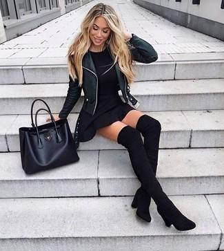 Comment porter: veste motard en cuir noire, t-shirt à col rond noir, jupe patineuse noire, cuissardes en daim noires