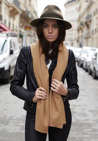 Opte pour une veste motard en cuir noire avec des leggings noirs pour un look idéal le week-end.