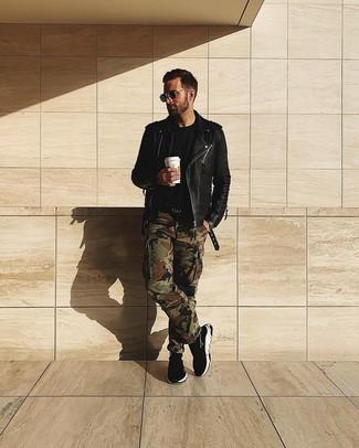 Comment porter: veste motard en cuir noire, t-shirt à col rond noir, pantalon cargo camouflage olive, baskets montantes noires