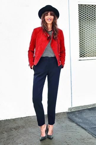 Comment porter: veste motard rouge, t-shirt à col rond à rayures horizontales blanc et noir, pantalon carotte bleu marine, escarpins en cuir à clous noirs