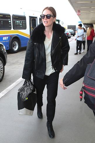 Comment porter: veste motard en cuir noire, t-shirt à col rond blanc, pantalon chino noir, bottines en cuir noires