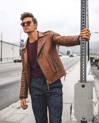 Comment porter: veste motard en cuir marron, t-shirt à col rond bordeaux, pantalon chino à fleurs bleu marine, lunettes de soleil marron foncé