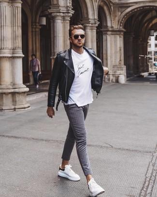 Comment porter: veste motard en cuir noire, t-shirt à col rond blanc et noir, pantalon chino à rayures verticales gris, baskets basses en cuir blanches et noires