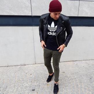 Un pantalon chino à porter avec des baskets basses noires: Pour créer une tenue idéale pour un déjeuner entre amis le week-end, harmonise une veste motard en cuir noire avec un pantalon chino. Une paire de des baskets basses noires est une option génial pour complèter cette tenue.