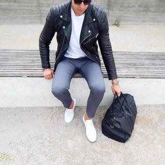 Comment porter: veste motard en cuir noire, t-shirt à col rond blanc, pantalon chino gris, baskets basses blanches