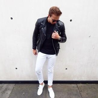 Comment porter: veste motard en cuir noire, t-shirt à col rond noir, pantalon chino blanc, baskets basses blanches