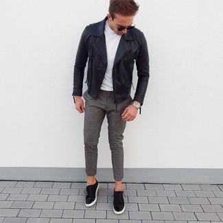 Comment porter des baskets basses en daim noires: Les journées chargées nécessitent une tenue simple mais stylée, comme une veste motard en cuir noire et un pantalon chino en laine gris. Cette tenue est parfait avec une paire de des baskets basses en daim noires.